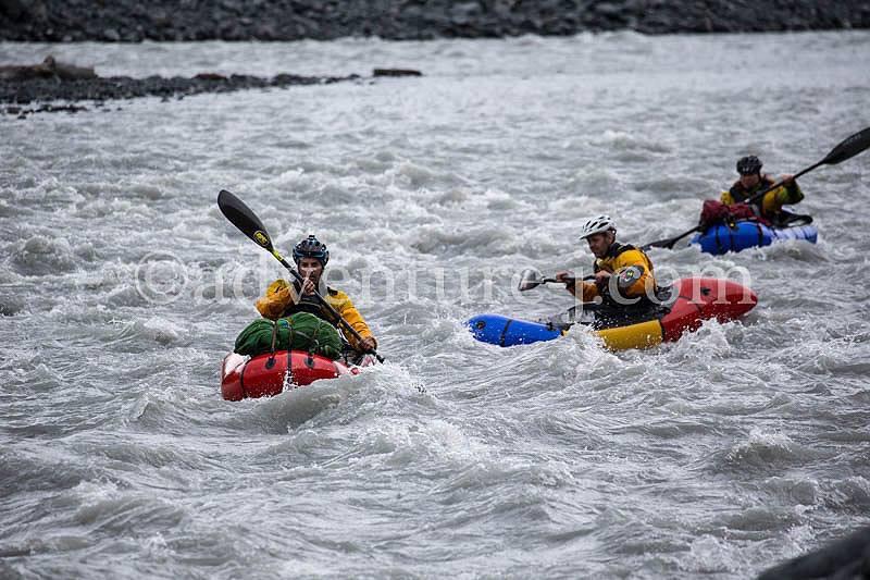 En av få bilder som gick att hitta från packraftingen. Vi gissar att även fotograferna fick rycka in som sjöräddning. Foto: adventure-j.com
