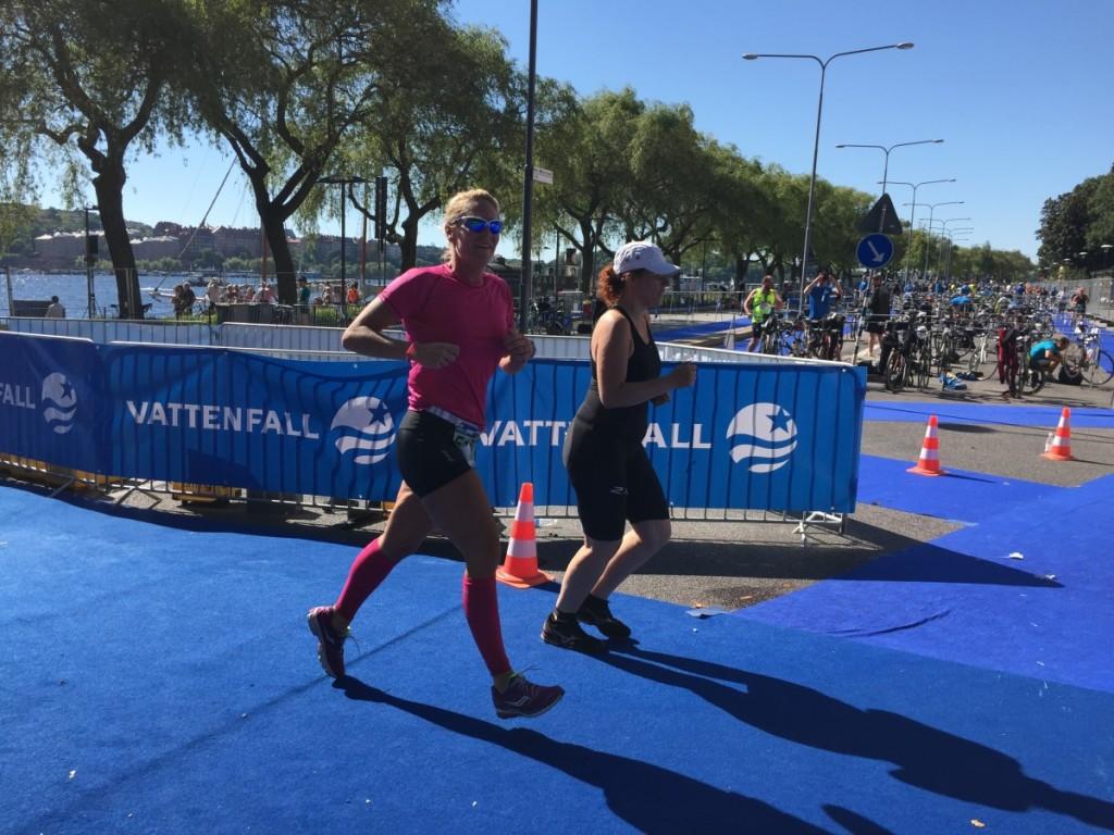 Vi fick ett leende tillbaka från Emma Igelström då vi hejjade på henne vid växlingen från cykel till löpning.