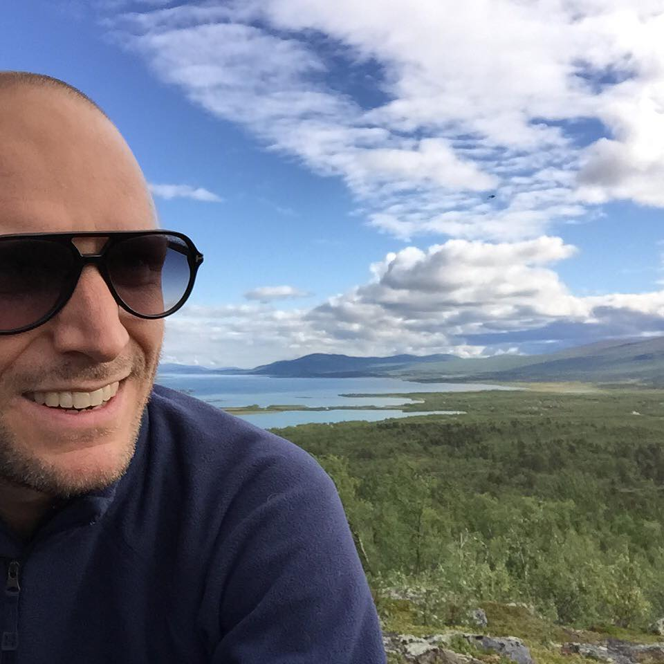 Fikapaus på vandringen uppför Nikkaluokta byfjäll.