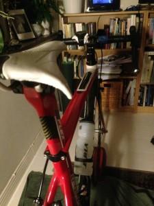 Cykeln förevisar den hemlig ingrediensen hånflin. Oberörd medan jag är blöt hög...