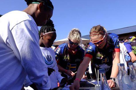 Krabban och Räkan lägger mosaikplattor med sydafrikanska ungdomsbarn